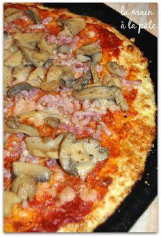 Pizza sans pâte {ou presque !} la pâte traditionnelle est remplacé par une base de chou-fleur mixé avec de la mozzarella et des oeufs.