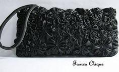 Bolsa/carteira completamente coberta de fuxicos feitos à mão de cetim preto e distribuídos harmoniosamente, resultando em uma peça muito  re...