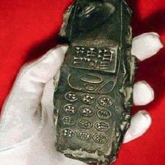 Archaeologists digging in Austria found an ancient clay tablet that looks like a cell or cordless phone with keys etched with cuneiform characters that would imply it originally came from Mesopotamia. Aliens And Ufos, Ancient Aliens, Ancient History, Unexplained Phenomena, Unexplained Mysteries, Vieux Telephone Portable, Out Of Place Artifacts, Objets Antiques, Mysterious Universe