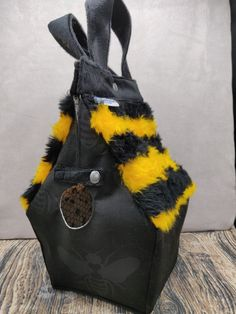 Hommel Bij Birdhouse Bag voor breiers of hakers, Vogelhuis Breitas/projecttas, helemaal gevoerd by FiberRachel on Etsy Christmas Jumpers, Christmas Sweaters, Yarn Bowl, Knitted Bags, Birdhouse, Knitting Socks, Hard Rock, Heavy Metal, Bucket Bag