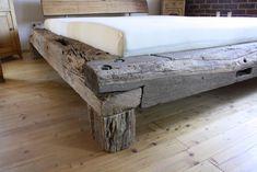 Das handgefertigte Balkenbett ist aus ausgesuchten Eichenbalken hergestellt. Die historischen Balken stammen aus alten Fachwerkbauten oder Scheunen. Jedes Bett ist ein Unikat. Die Balken werden...