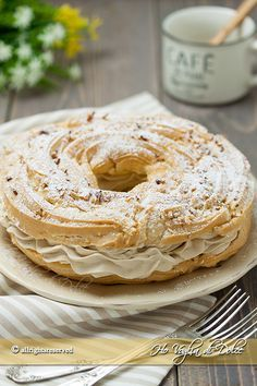 Paris brest con crema al caffè famoso a Napoli come zeppolone. Un dolce di pasta choux farcito con una golosa crema diplomatica al caffè. Ricetta facile