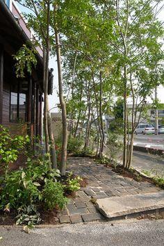 評判にいい 店舗アプローチを森の看板で装う ニーニャニーニョ桜小町 愛知の庭・外構デザイン ティーズガーデンスクエア