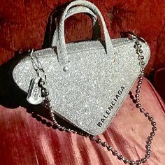 Handbags - I think they were my first fashion love (and if I had design skills, I would love to beco Luxury Purses, Luxury Bags, Fashion Bags, Fashion Accessories, Fashion Fashion, Accesorios Casual, Cute Purses, Cute Bags, Beautiful Bags