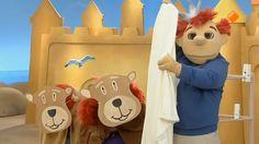 Sassa is zich aan het verkleden. Eerst is ze een tijger. Toto wil meedoen, maar Sassa heeft haar kleed helemaal nodig. Ze wil ze ook een giraf zijn, met een hele lange nek. Maar de giraf heeft geen poten. Dan kan Toto mooi de poten van de giraf zijn! Even later zijn Sassa en Toto beren. Ze laten Koning Koos schrikken, maar Koning Koos laat de beren ook schrikken! Als Koning Koos wil gaan zwaaien ziet hij alleen maar twee poesjes. Gelukkig kunnen deze poesjes goed zwaaien, daag! Toy Chest, Toys, Projects, Carnival, Activity Toys, Log Projects, Toy