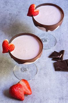 Chocolate strawberry martini - your favorite strawberries and chocolate combo gets a boozy lift in this dangerously delicious cocktail. Chocolate Cocktails, Chocolate Martini, Strawberry Martini, Martini Recipes, Cocktail Recipes, Chocolate Strawberries, Covered Strawberries, Fancy Drinks, Homemade Chocolate