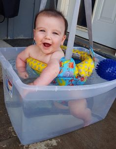 Summer Fun for Baby! Fun and easy way to cool off your baby during the hot summer months. Check out this Summer Fun for your 4 Month Old! Summer water play is important. Baby Life Hacks, Mom Hacks, Baby Boy, Mom Baby, Ideias Diy, Baby Arrival, Everything Baby, Baby Time, Baby Hacks