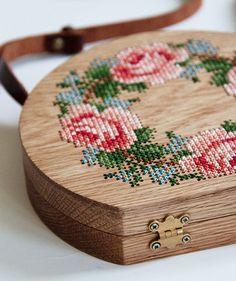 Bolsas de madeira decoradas em ponto cruz - Grav Grav