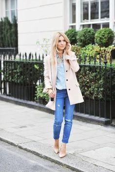 A beige coat and blue ripped skinny jeans work together beautifully. Complement this outfit with a pair of beige leather pumps. Mantel Beige, Light Blue Dress Shirt, Moda Outfits, Casual Outfits, Cute Outfits, Beige Coat, Winter Stil, Ripped Skinny Jeans, Slim Jeans