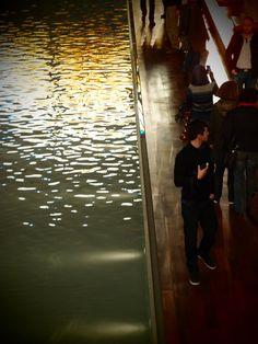 L'élégante silhouette au bord de la piscine : Belle visite collective mais séparée - l'idéal : on croise des amis, mais sans être en troupeau - du musée de La Piscine à Roubaix.   Je me régale des tissus et tableaux. De l'exposition temporaire sur le mobilier du paquebot France. Et parfois, il faut l'avouer, d'une silhouette croisée.    [Roubaix, dimanche 8 avril 2012, La Piscine, musée]  121105 0056
