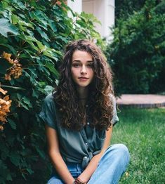 To have beautiful curls in good shape, your hair must be well hydrated to keep all their punch. You want to know the implacable theorem and the secret of the gods: Naturally curly hair is necessarily very well hydrated. Curled Hairstyles, Summer Hairstyles, Trendy Hairstyles, Natural Curl Hairstyles, Curling Wand Hairstyles, Old School Hairstyles, Long Curly Haircuts, Fashion Hairstyles, Hairstyles 2016