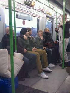 this is literally my favorite thing ever. No media around, just Harry and Louis casually on a train, being themselves. this is literally my favorite thing ever. No media around, just Harry and Louis casually on a train, being themselves. One Direction Fotos, One Direction Harry, One Direction Memes, One Direction Pictures, Fanfic Larry Stylinson, Larry Shippers, Liam Payne, Niall Und Harry, Desenhos One Direction
