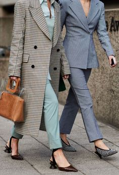 FADALES--Learn how to wear a trouser suit like the street style set and see our guide to the best suits to buy now. Dresscode Business, Star Fashion, Fashion Outfits, Milan Fashion, Fashion Heels, 70s Fashion, Fashion Styles, Korean Fashion, Fashion Tips