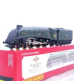 SUPERB HORNBY R350 - BR GREEN CLASS A4 STREAMLINED PACIFIC No.60022  MALLARD
