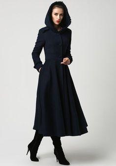 Womens lange marine blauwe wollen jas met capuchon en Ruffle detaillering (1102)