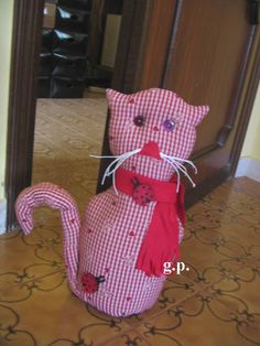 gatto  fermaporta con coccinelle Crochet, Snoopy, Sewing, Fictional Characters, Doors, Felting, Style, Ladybug, Cats