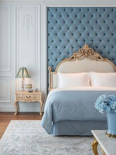 Nightstands, beds, side tables, cabinets or armchairs are some of the luxury bedroom furniture tips that you can find. Every detail matters when we are decorating our master bedroom, right? Home Decor Bedroom, Bedroom Furniture, Bedroom Ideas, Blue Bedroom, Large Bedroom, Dressing Design, Cool Furniture, Furniture Makers, Furniture Layout