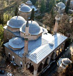 Muradiye Camii - Bursa.1425-26 yılında yaptırılan II. Murad Camii, zaviyeli plan tipi camilerin en yalın biçimini yansıtmaktadır. Oldukça yalın bir plana sahip olmasına karşılık, gerek dış cephesi, gerekse iç mekanları süsleme bakımından oldukça zengindir. Dış cephede taş ve tuğla işçiliği, iç mekanlarda ise renkli sırlar ve çeşitli motiflerle çiniler sanat tarihi açısından önem arz etmektedir.