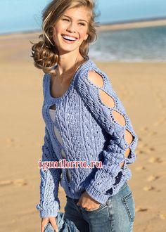 Эффектный голубой пуловер с фигурными вырезами. Вязание спицами