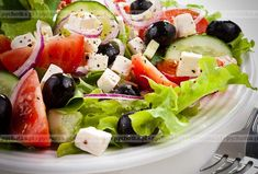 Sałatka Grecka. Smak i aromat wiosny. Przepis na wspaniałą sałatkę rodem z Grecji. Aby wykonać tą sałatkę potrzebujesz:ogórków, pomidorów, papryki.