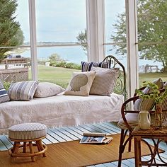 Cozy bed on porch via: DESDE MY VENTANA: Ventana