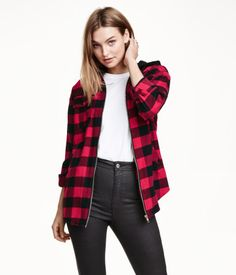 Long-sleeved shirt in soft cotton flannel with a jersey drawstring hood. Visible zip at front, chest pockets with flap and snap fastener, side pockets, and cuffs with snap fasteners. Rounded hem.