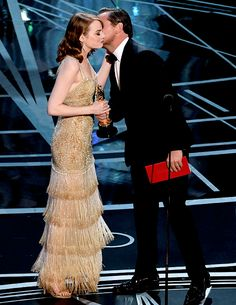 """Leonardo DiCaprio gives the Oscar for Best Actress to Emma Stone in """"La La Land"""" at the Oscars on February 2017 in Hollywood, California. Les Oscars, Actress Emma Stone, Best Actress Oscar, Camila Morrone, Oscar Winners, Academy Awards, Red Carpet Looks, Leonardo Dicaprio, Best Actor"""