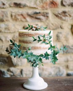 Happy Wednesday! We're halfway through a busy half term and rewarding ourselves with delicious cake. This work of art by @vanillapodbakery is just what we're after... image by @theresa_furey styling by @weddingcreationsuk