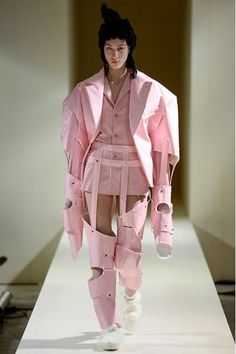 The complete Comme des Garçons Fall 2016 Ready-to-Wear fashion show now on Vogue Runway. Beauty And Fashion, Weird Fashion, Look Fashion, Fashion Art, Editorial Fashion, High Fashion, Fashion Show, Womens Fashion, Fashion Design
