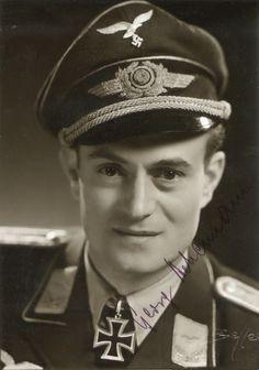 """Portrait du """"Leutnant der Reserve"""" Georg Ackermann lors de la remise de la Ritterkreuz des Eisernen Kreuzes comme Staffelkapitän de la 5./Kampfgeschwader 53 """"Legion Condor""""  27 mars 1945"""
