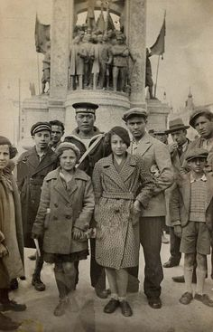 In front of the Monument for the Republic, on Taksim Meydanı (Taksim Square, Istanbul). Pictures Of Turkeys, Old Pictures, Old Photos, Medieval Times History, Ap European History, Turkey History, History Activities, History Photos, Ottoman Empire