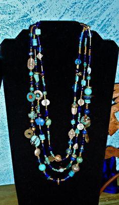 3-filo, 25 collana lunga fatta da Thai Hilltribe argento ciondoli, charms ottone africano, tibetani perline con intarsio, turchese Arizona, Lapis afgano, perline argento, perline feticcio nativi americani, antica moneta cinese e perline raku fatto a mano.