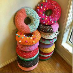 closet for crocheted napkin: مخدة كروشية على شكل دوناتس.crocheted donuts billow...
