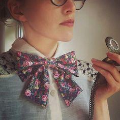 Vintage, Handmade, Floral, pink, ladies bowtie with gold buttons. Rose Vintage, Style Vintage, Vintage Floral, Papillon Rose, Motif Floral, Navy Pink, Look Chic, Bows, Tie