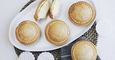 Celebrate Mid-Autumn Festival with these mooncake-inspired lemon coconut pie maker cheesecakes. Steak And Mushroom Pie, Lamb Pie, Mini Pastries, Pinwheel Recipes, Frozen Puff Pastry, Lemon Coconut, Homemade Pie, Mini Pies, Moon Cake
