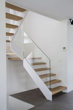 Escalier à palier avec rampe en verre
