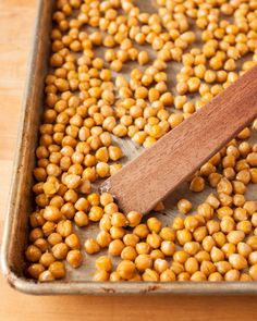 How To Make Crispy Roasted Chickpeas in the Oven Roast Recipes, Gourmet Recipes, Vegan Recipes, Cooking Recipes, Chickpea Recipes, Diet Recipes, Savory Snacks, Healthy Snacks, Oven Roasted Chickpeas