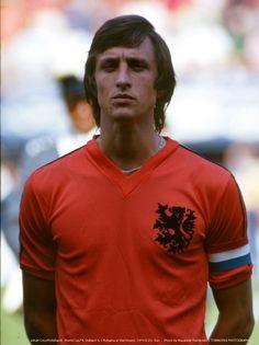 Netherlands Bulgaria Captain Johan Cruyff before the match. Pure Football, English Football League, Football Icon, Retro Football, World Football, School Football, Vintage Football, Football Soccer, Football Shirts