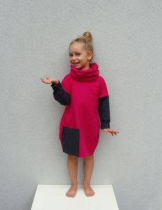 Ein intensiv rosa saftiges Kleid mit einer Tasche, schwarzgrauen Ärmeln und einem zusätzlichen Loop, das mit dem Kleid oder mit anderen meinen Produkten getragen werden kann! Die Ärmel sind...