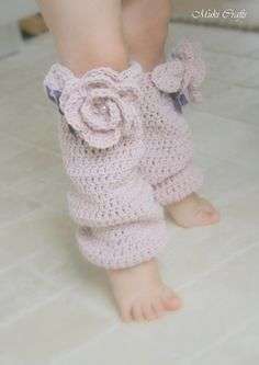 """This is a crochet pattern for slouchy leg warmers Sandy (newborn to child sizes). Worked in round and decorated with a rose and a leaf. Perfect to decorate those little feets & boots on those cold autumn and winter days.  *** This listing is only a PDF PATTERN in ENGLISH and not a finished product ***  Sizes for newborn/3-6m/6-12m/1-3y/child  Skill level: easy  Materials: Worsted yarn, 50-75 g Crochet hook US 7 (4.5 mm) or to obtain gauge 4"""" x 4"""" = 16 sts x 10 rows (in dc) Beads and ribbon…"""