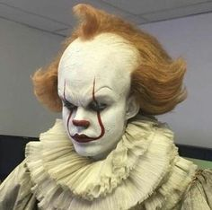 """Another behind the scenes shot of pennywise (Bill Skarsgård) from IT Halloween 2017, Halloween Make Up, Halloween Face Makeup, Le Clown, Creepy Clown, Es Stephen King, Stephen Kings, Bill Skarsgard Pennywise, Pennywise The Dancing Clown"