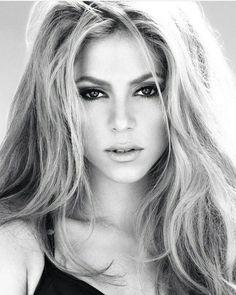 Dermablend Loose Setting Powder, Translucent Powder for Face Makeup, Mattifying Finish and Shine Control, oz. Shakira Makeup, Shakira Body, Shakira Style, Shakira Hips, Shakira Mebarak, Female Guitarist, Female Singers, Curls For Long Hair, Curled Hairstyles