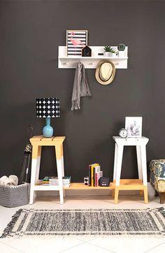 DIY - Estante de bancos de madeira! Um passo a passo supersimples para você aprender como fazer uma estante com bancos que te ajudará a decorar e organizar diferentes ambientes do seu lar. Vamos lá?
