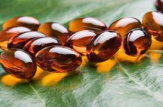 Cómo aplicar vitamina E en la piel. La vitamina E ha sido reconocida como la vitamina de la juventud y de la vida gracias a su enérgico efecto contra los radicales libres, que son los causantes del proceso de envejecimiento de las célul...