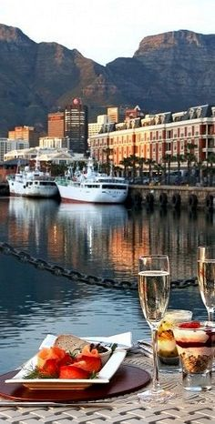 Grab a bite in Cape Town, South Africa http://www.travelandtransitions.com/destinations/destination-advice/africa/cape-town-travel-things-todo/