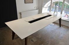 Draufsicht auf den Office-Desk mit geöffneten Kabelkanal. Perfekt um am Schreibtisch den Kabelsalat zu verbannen! #officedesk #schreibtisch #wenge #with #wood #desk #office #work #furniture #arbeitsplatz #kabel #ordnung #organizer
