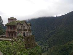 O luxuoso Hotel del Salto foi inaugurado em 1928 para acolher os viajantes ricos que visitavamTequendama Falls. Situado em frente à cachoeira e à beira do precipício, forneceu uma vista deslumbrante para os seus hóspedes. Durante as próximas décadas, porém, o rio de Bogotá foi contaminado e turistas gradualmente perderam o interesse na região. O hotel encerrou suas atividades no início dos anos 90, e está abandonado desde então. O fato de muitas pessoas no passado escolherem esse local…