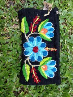 Sobre - Comprar en Taller de bordado Lu Folk Embroidery, Types Of Embroidery, Embroidery Designs, Bordado Popular, Mosaic Flowers, Recycled Fabric, Color Splash, Diy And Crafts, Sewing Patterns