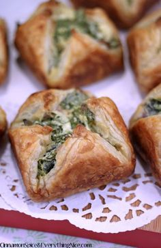 Spinach bacon cheese puffs - (free recipe below) Tapas, Finger Food Appetizers, Appetizer Recipes, Simple Appetizers, Finger Foods, Spinach Cheese Puffs, Spinach Puffs Recipe, Spinach Puff Pastry, Spinach Soup