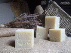 RECEPT: Jemné přírodní olivové mýdlo Homemade Cosmetics, Home Made Soap, Soap Making, Bath Bombs, Pillar Candles, Diy Gifts, Diy And Crafts, Projects To Try, Handmade